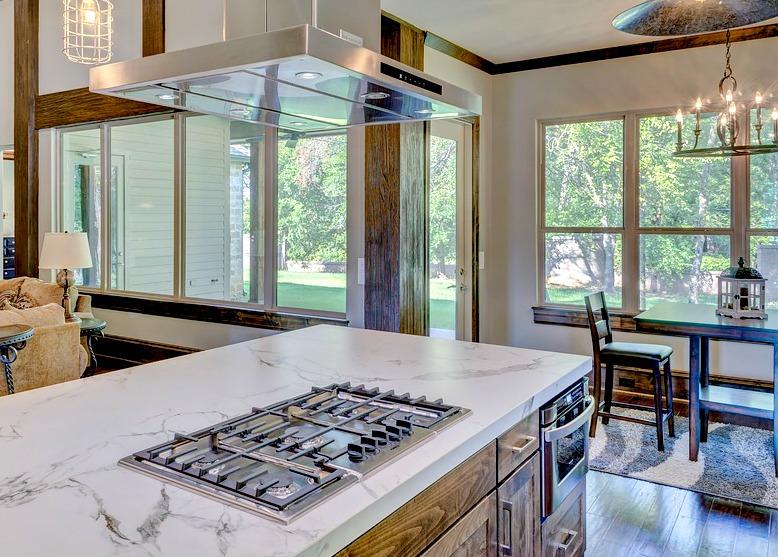 Une cuisine ouverte sur l'extérieur grâce à une verrière